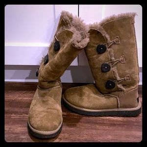 UGG size 7 Bailey Button